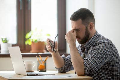 Durerea de cap - cel mai des intalnit simptom cand petreci mult timp la calculator
